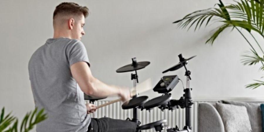 Baterista tocando el Tambor Electrónico Compacta Digital Drums 400