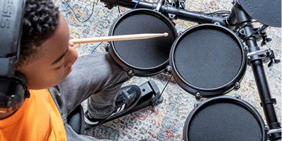 bateria alesis turbo mesh kit tocando con audifonos