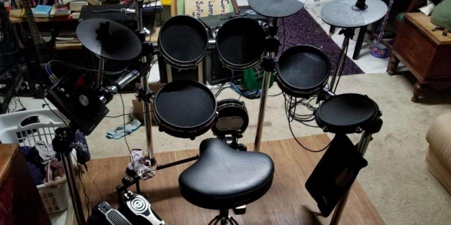 instrumento de percusion alesis command mesh armada en interiores