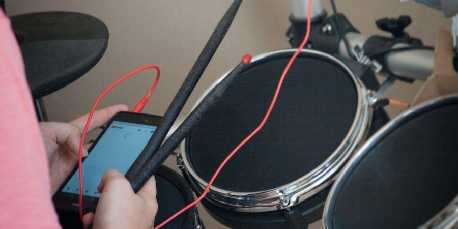 Los dispositivos electrónicos de percusión  dan la oportunidad de conectarlo a otros dispositivos
