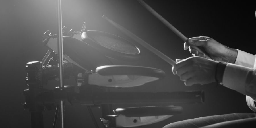 hombre tocando tambor eléctrico