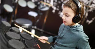 Niño simulando un concierto con batería electrónica