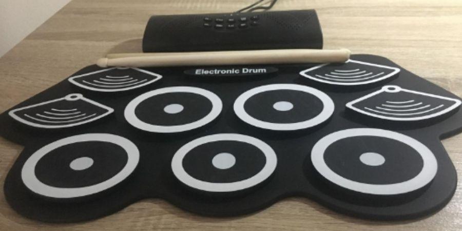 Tambor electrónico Drum kit Rolling up de Asmuse usado sobre superficie de madera