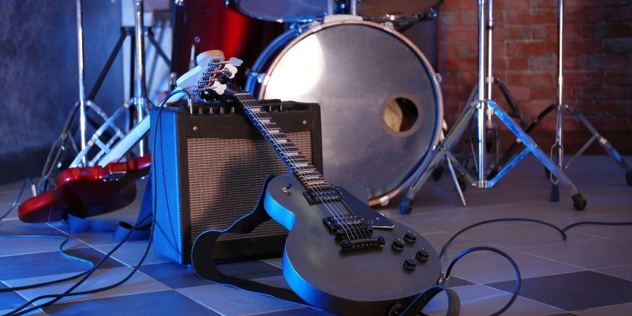 Toca con tus amigos distintos instrumentos como la batería eléctrica y guitarra