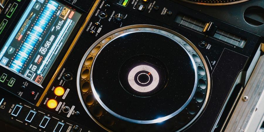 Gran variedad de pistas musicales editables en un tambor digital
