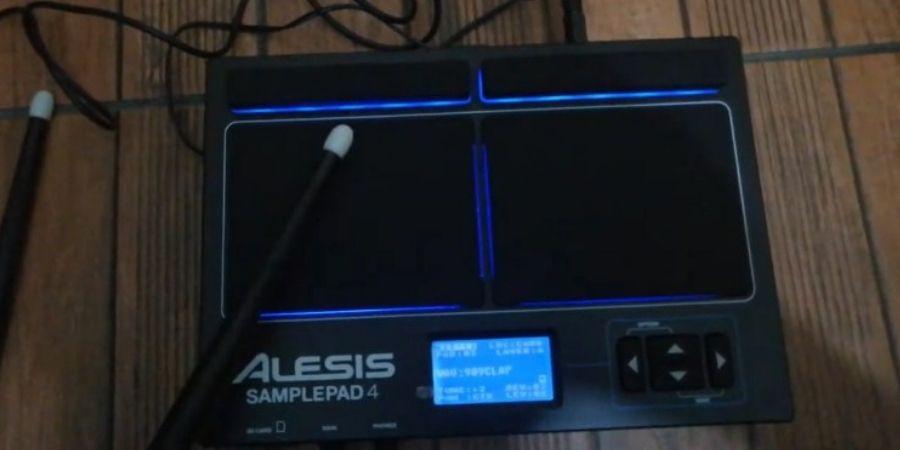 multipad de alesis Sample Pad 4 tiene iluminacion led azul